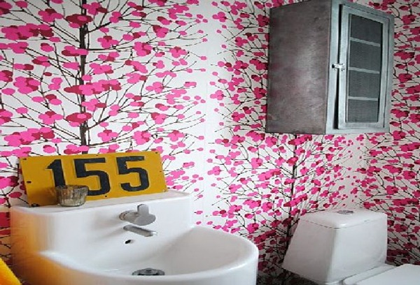 Pink-Wallpaper-Bathroom